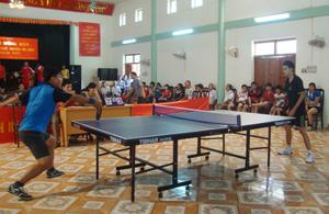 Một trận thi đấu tại giải bóng bàn các lứa tuổi huyện Đà Bắc năm 2013.